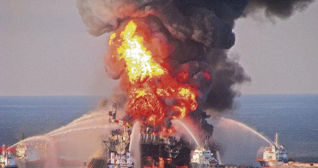 Drama na ropné plošině v Kaspickém moři: Vypukl požár a dělníci se ocitli v pasti