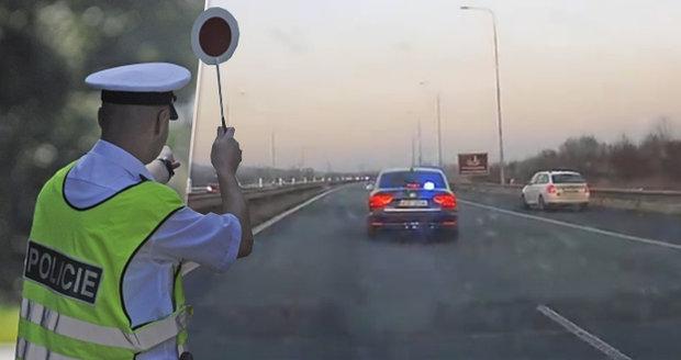 """Policista zastavil polské auto na D1 v Ostravě. Smlouval s řidičem pokutu a """"zapomněl"""" mu nakonec dát stvrzenku."""