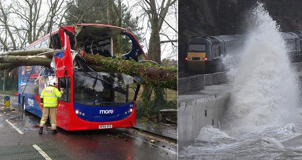 Erik zabil tři lidi, vyvracel stromy a bořil zdi. Británii pustošila vichřice