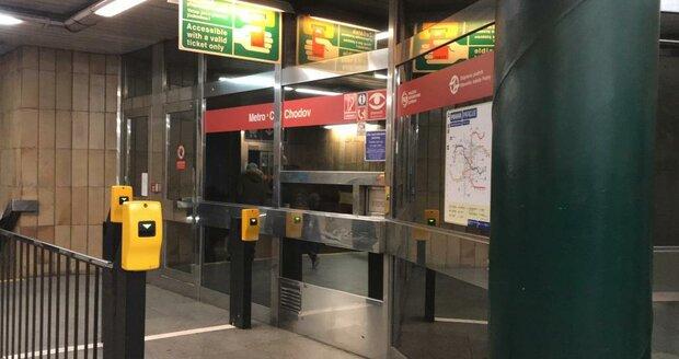 Muž na Chodově chtěl skočit po metro, zabránil mu v tom dozorčí stanice.