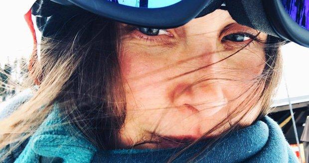 Jana Bernášková si užívá na horách.