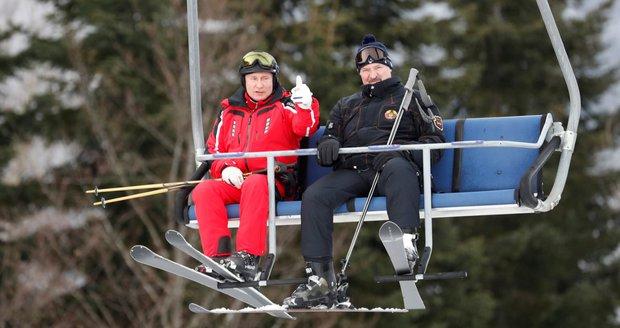 Putin si zalyžoval v Soči. Sekundoval mu Lukašenko, který zmínil i vodku