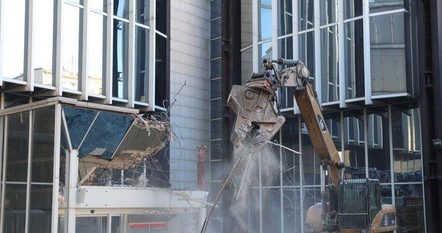 V pátek 15. února začala demolice budovy Transgas na Vinohradské třídě.