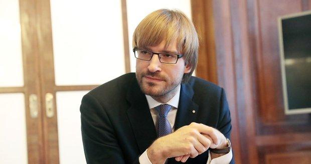 """Svazování Čechů na psychiatriích trvá. """"Je to příliš,"""" zoufá ministr Vojtěch"""