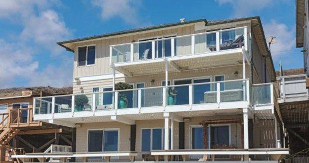 Dům stojí přímo na pláži v Malibu.