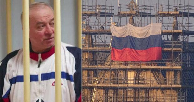 Facka pro Brity: Rok po otravě novičokem zavlála v Salisbury ruská vlajka. Skripalův stav se zhoršil