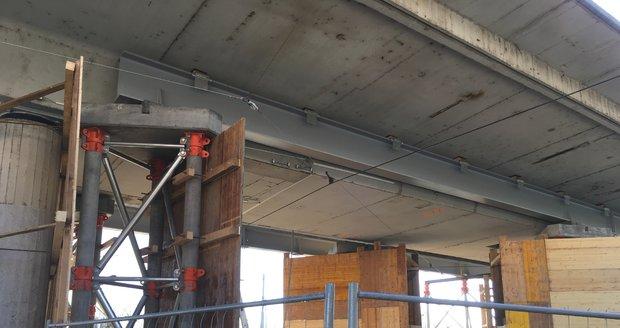 Instalace nosníků pod most u Vltavské v Praze.