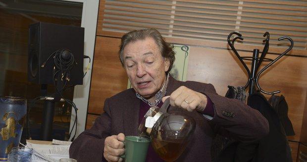 Karel Gott si vaří bylinné čaje bez cukru.