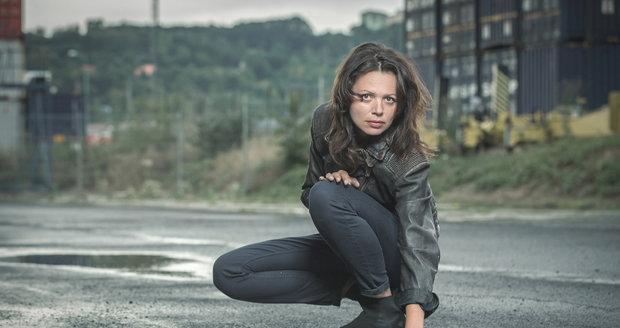 Lucie Žáčková jako poručík Slepičková v seriálu Rapl.