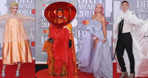 BRIT Awards  Celebrity v barevném chaosu a odhalené spodní prádlo ... a43bbc2ef4