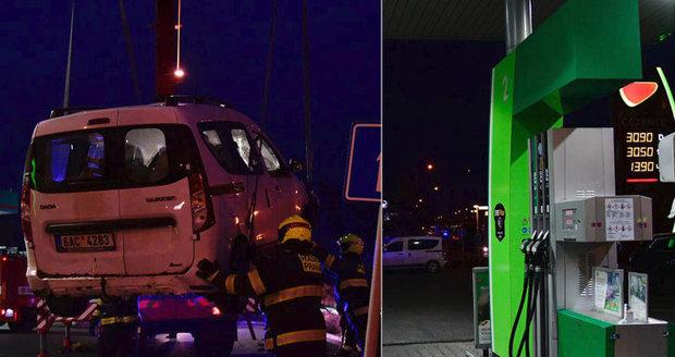 Řidiči v Horních Počernicích ujelo od pumpy auto: Zapomněl na ruční brzdu, pomohli až hasiči s jeřábem