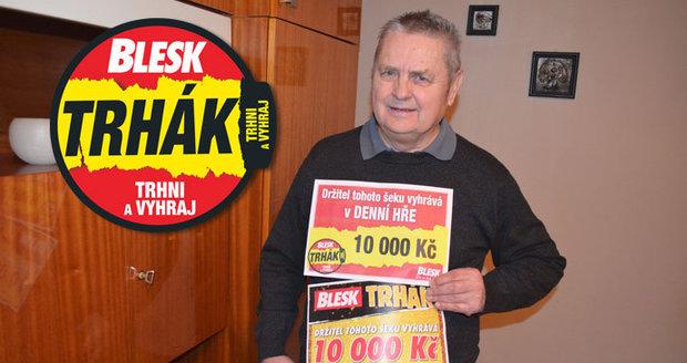 Václav Kolář přidal k prvnímu šeku z roku 2017, jejž si schoval na památku, druhý. Oba mu přinesly 10 tisíc.
