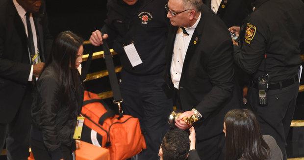 Rami Malek převzal Oscara a pak ošklivě upadl