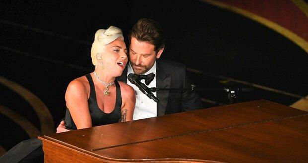 Lady Gaga s Bradleyem Cooperem na předávání Oscarů za rok 2018 zazpívali hit Shallow