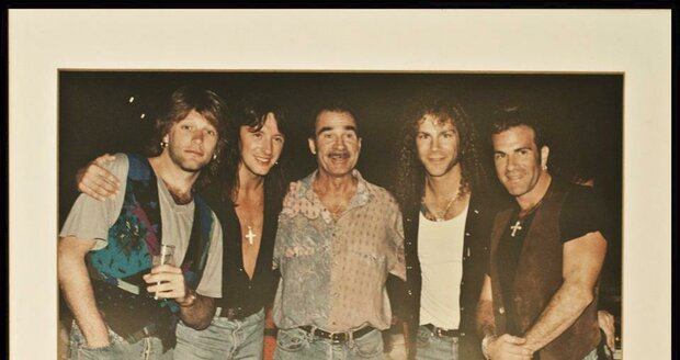 Tony Pike a legendární skupina Bon Jovi, její samotný frontman úplně vlevo na snímku.