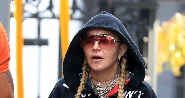 Co je to za strašidlo? Madonna vyrazila do ulic Los Angeles v šíleném outfitu!