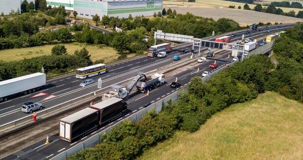 Nejpalčivější omezení v dopravě začalo: Na D1 u Prahy se vrátili stavaři, jezdí se jedním jízdním pruhem