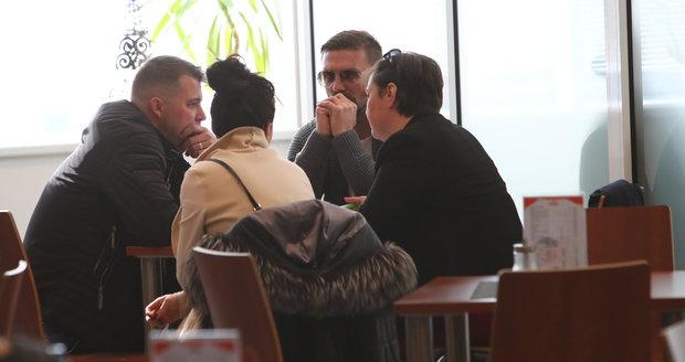 Tomáš Řepka se před soudem radil se svým doprovodem. Z očí nesundal tmavé brýle a tvářil se poněkud nešťastně.
