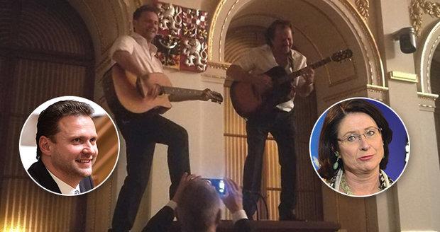 Vondráček o křepčení ve Sněmovně: K tanci chyběl popruh kytary. Mejdan byl pak
