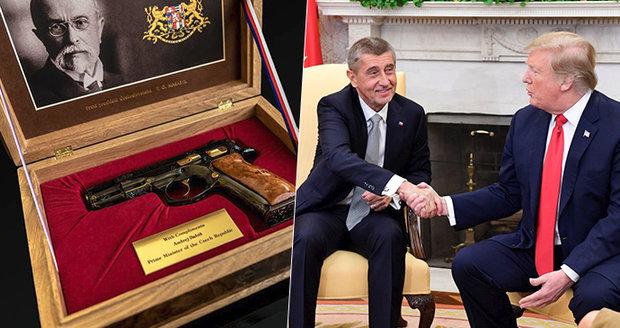 Babiš dal Trumpovi vzácnou pistoli, Monika navrhla Melanii náušnice z granátu
