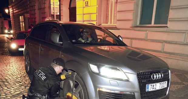 Po zaplacení pokuty mu policie ochotně sundala botičku z auta a televizní kuchař mohl odjet zaparkovat tam, kde už žádná pokuta nehrozí