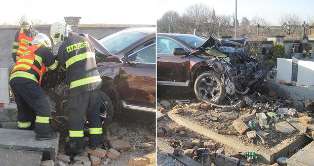 Řidiči na Kroměřížsku se udělalo nevolno: Zdí projel až na hřbitov, poničil osm hrobů