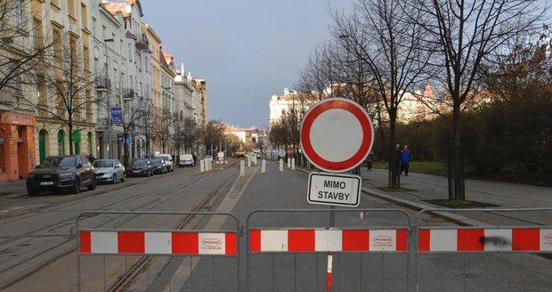 Vinohradská ulice je uzavřená. Opravy zde potrvají tři měsíce.