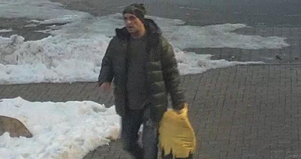 Policisté pátrají po muži, který si nakradl oblečení ve zličínském obchodním centru v hodnotě, která přesahuje 10 tisíc korun.