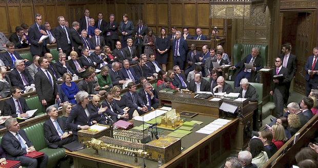 Těsná výhra Mayové: Tvrdý brexit poslanci odmítli, bez dohody z EU jít nechtějí