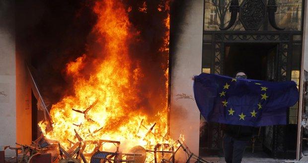 Rabování dohnalo vládu k radikálnímu kroku. Žluté vesty nesmí na Champs-Élyssée