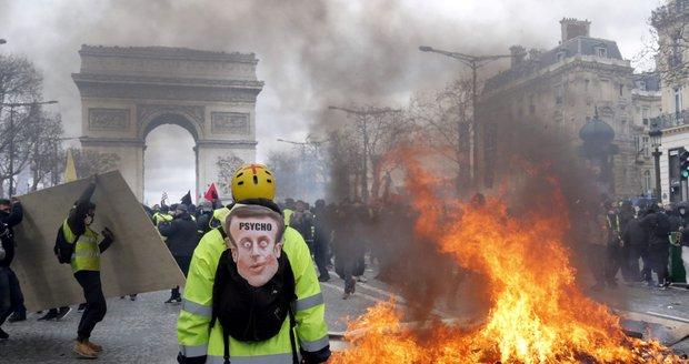 Vyrabovaný Hugo Boss i Nespresso. Řádění žlutých vest v Paříži zas krotila policie