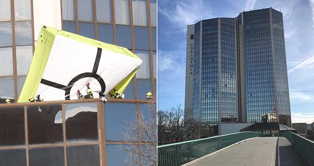 Host pětihvězdičkového hotelu na Vyšehradě hrozil skokem! Dvě hodiny vyjednávání i rozbalená plachta