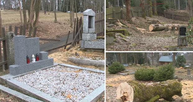 Vandalové poničili dětský hřbitov. Na hrobech pálili větve