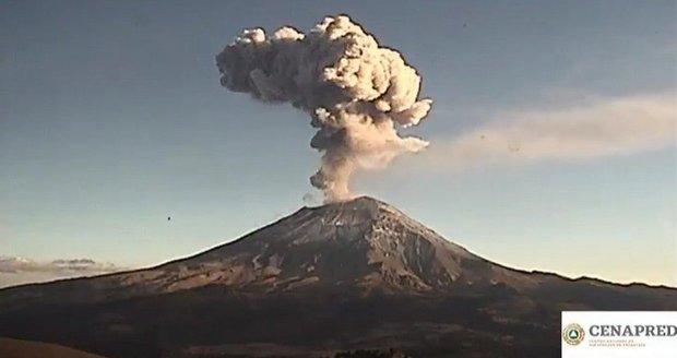 Děsivá exploze sopky Popocatépetl: Žhavé kameny létaly kilometry daleko