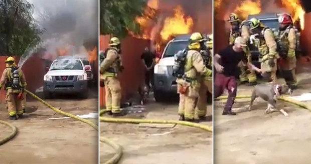 Dvacet vteřin děsu: Muž vběhl do hořícího domu, aby zachránil svého psa! Šokovaní hasiči jen přihlíželi