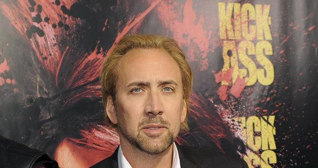 Nicolas Cage je nucen zbavit se majetku, aby zaplatil vysoké dluhy. Jenže o nemovitosti teď moc velký zájem není.