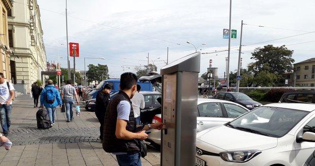 Kvůli pokládce optických kabelů nebude možné parkovat ve dvou žižkovských ulicích až do října. (ilustrační foto)