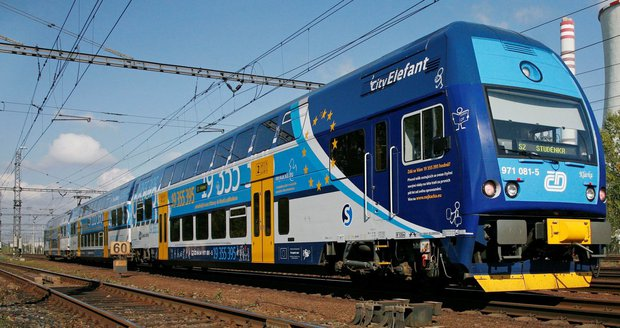 U Havlíčkova Brodu vjela dodávka pod vlak! Řidič z místa ujel