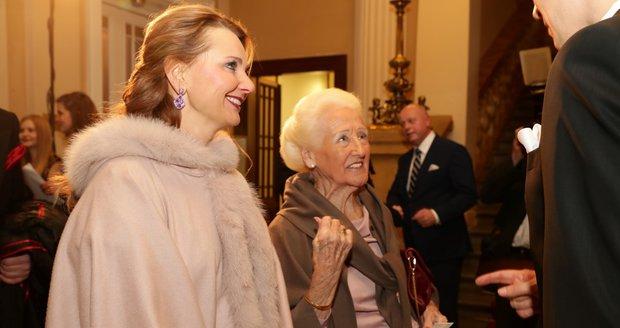 Na reprezentační ples Prahy 1 dorazila i slavná Olga Knoblochová.