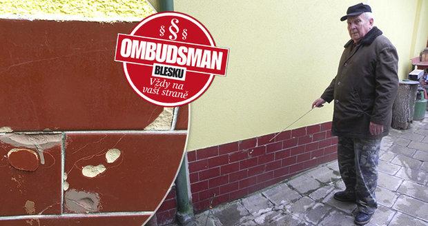 Pavelkovi si stěžují na souseda. Spor kvůli vlhké zdi trvá tři roky.
