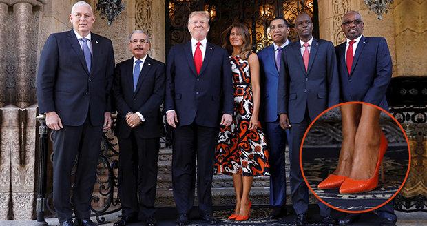 """Melania Trumpová přivítala jaro v oranžových jehlách. A oblékla šaty """"jen"""" za 6 tisíc"""