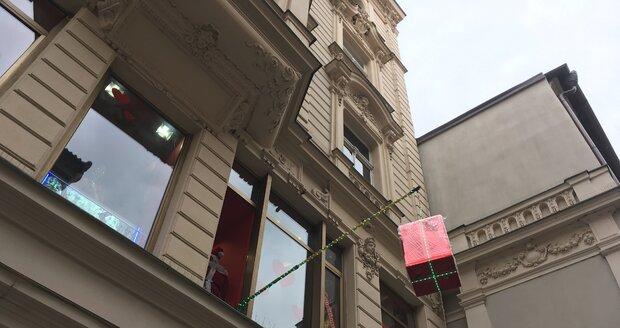 Praha chce řešit takzvaný vizuální smog, tedy reklamu na fasádách domu a u domů v centru města.