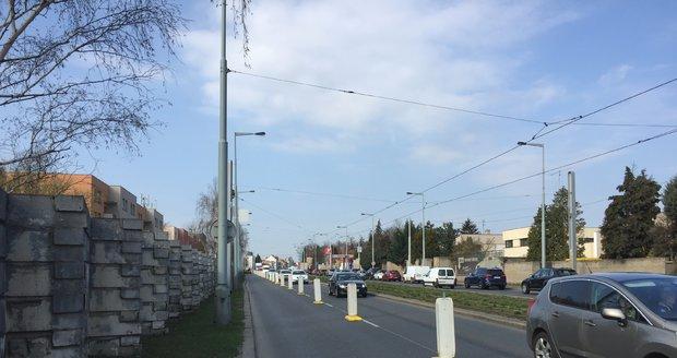 V ulici Bělohorská na Vypichu byla zahájená modernizace zničené protihlukové stěny. Hotovo by mělo být na začátku srpna.