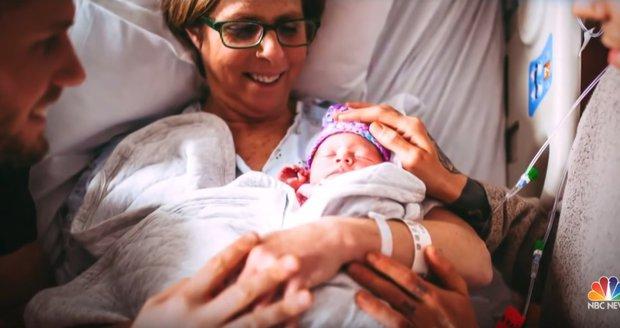 Babička porodila svou vnučku: Tatínky jsou její syn a jeho manžel