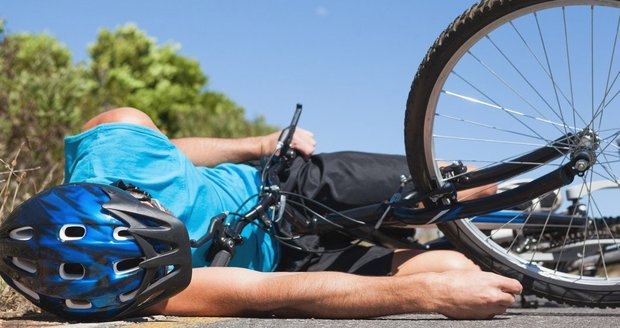 Cyklista narazil hlavou do sloupu, lékař mu za dva dny zavolal vrtulník