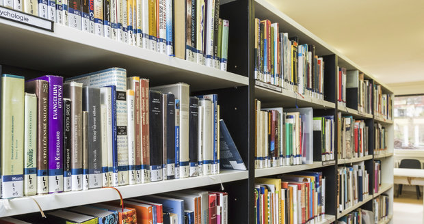 Chátrající dům v Nuselské ulici získá nový smysl: bude v něm knihovna. (ilustrační foto)