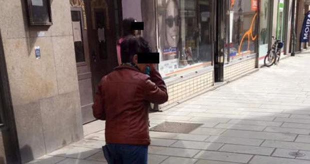 Údajná pachatelka, která v Plzni a okolí otravuje pejsky. Přítelkyni Michala Štiky se ji podařilo vyfotit na mobil