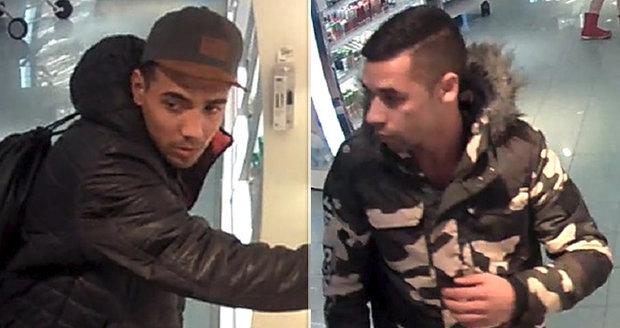 2b4143b1a Policisté pátrají po dvojici mužů, která je podezřelá z krádeže několika  kusů parfémů.