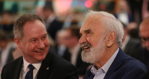 Bývalý šéf STAN Gazdík a Zdeněk Svěrák na sněmu STAN 13.4.2019