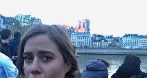 Selfie Emmy Smetany u hořící katedrály Notre-Dame v Paříži